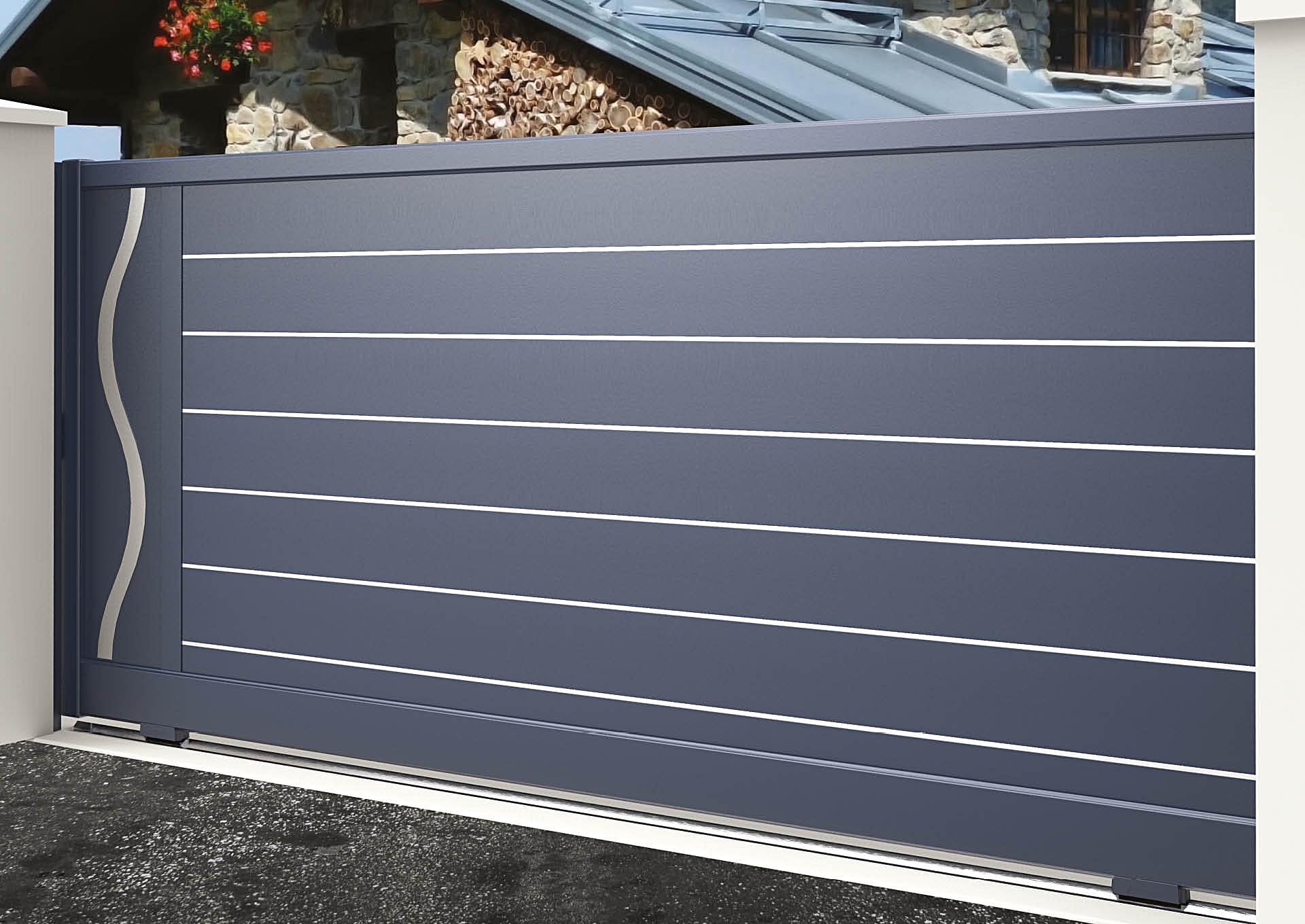 Portail coulissant 9104_C1_S2DA Lames horizontales 200mm + liserés avec décor alu brossé Ondulation