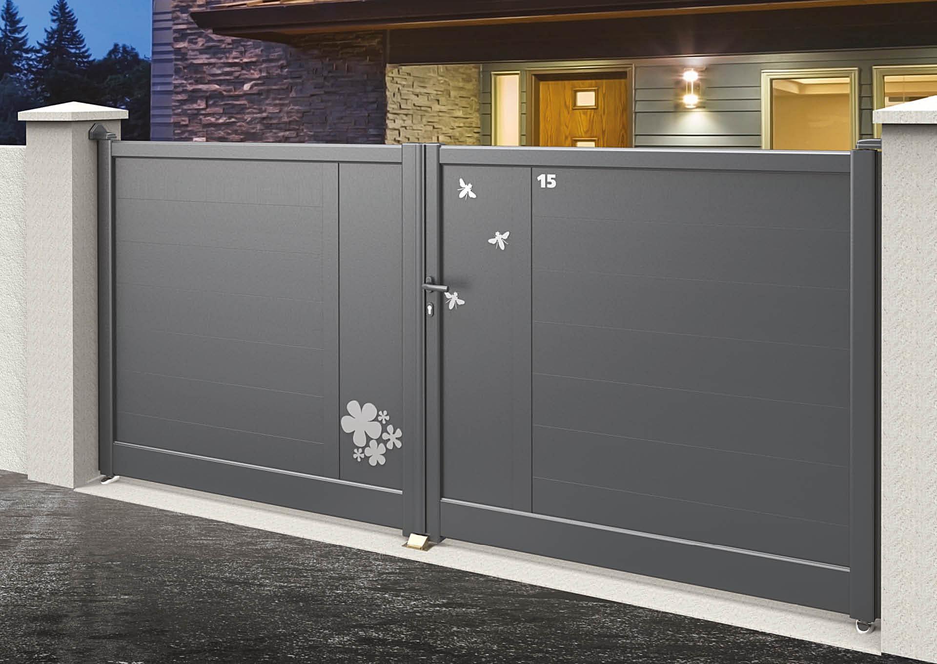 Portail battant en aluminium 9105_B_P2DA Lames horizontales 200mm + décor alu brossé Butinage